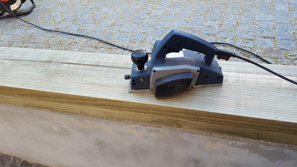 Aplainar madeira é fácil. Quando em vez de uma tábua temos centenas de peças, nem por isso.